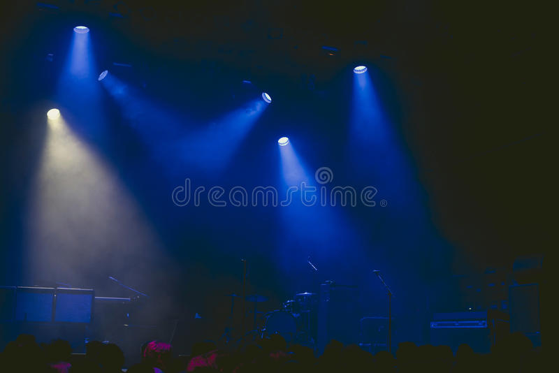 Drumkit in scena ad inizio di un concerto immagine stock libera da diritti