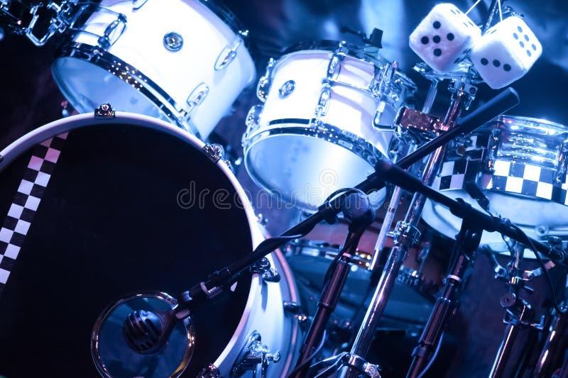 Drumkit sur l'étape photos stock