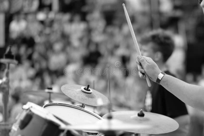 Drummer&en x27; s-hand med en pinne arkivfoto