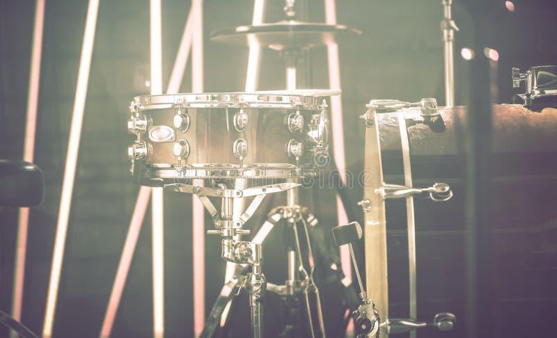 Drumstel in een een opnamestudio of concertzaal Mooie blurre stock afbeelding