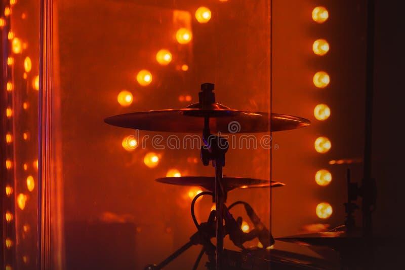 Drumstel met klankbekkens in rode stadiumlichten royalty-vrije stock fotografie