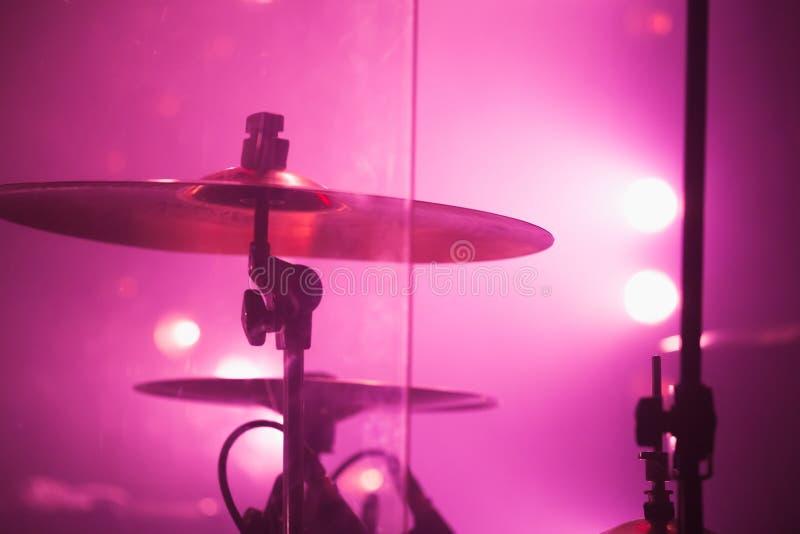 Drumstel met klankbekkens in rode stadiumlichten royalty-vrije stock afbeeldingen