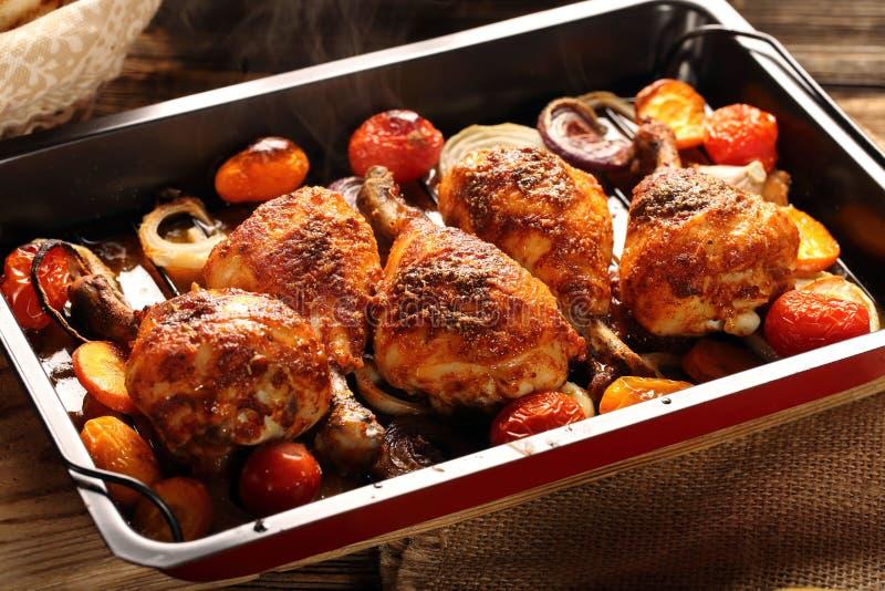 Drumstick жареного цыпленка с картошками и салатом на деревянной предпосылке стоковая фотография