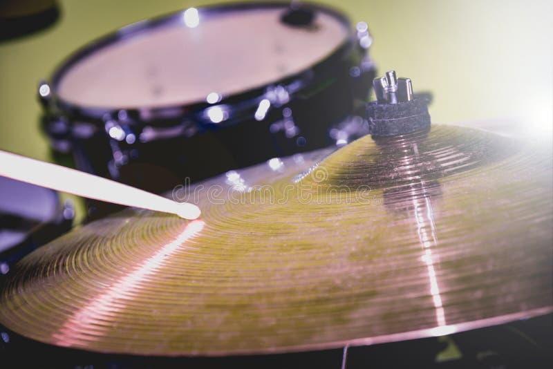 Drumstick bawić się na przejażdżka cymbałki lub kapeluszu Bębenu zestaw przy tłem obraz royalty free