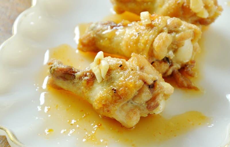 Drumsticks жареной курицы при соль и перец одевая сладостный соус chili на плите стоковое фото rf