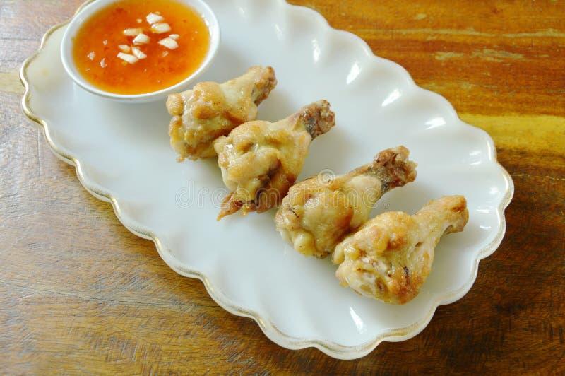 Drumsticks жареной курицы при соль и перец окуная сладостный соус chili стоковое фото rf