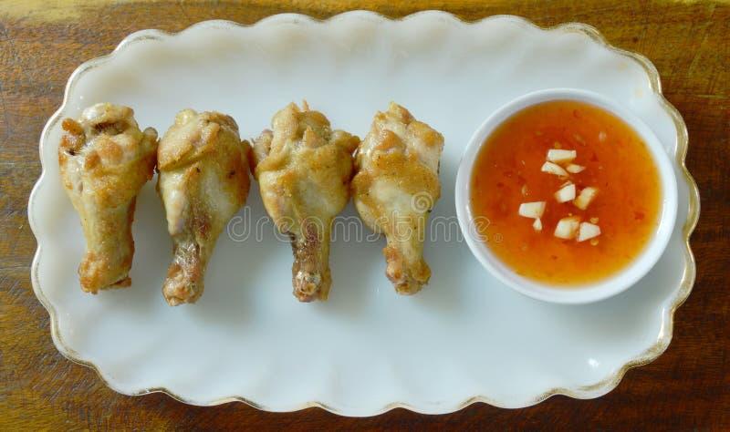 Drumsticks жареной курицы при соль и перец окуная сладостный соус chili стоковая фотография