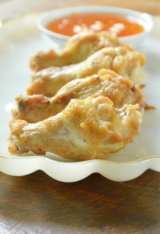 Drumsticks жареной курицы при соль и перец окуная сладостный соус chili стоковые изображения