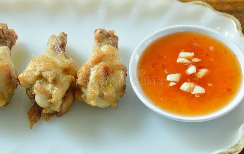 Drumsticks жареной курицы при соль и перец окуная сладостный соус chili стоковые изображения rf