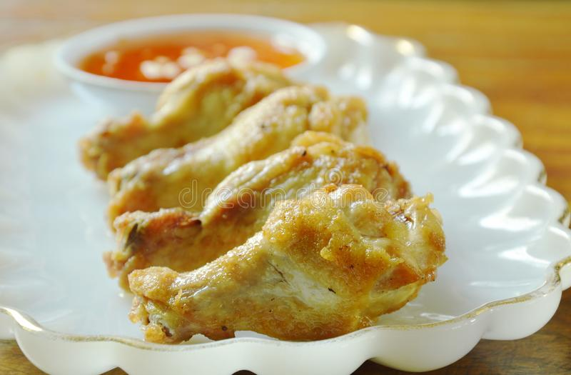 Drumsticks жареной курицы при соль и перец окуная сладостный соус chili стоковая фотография rf