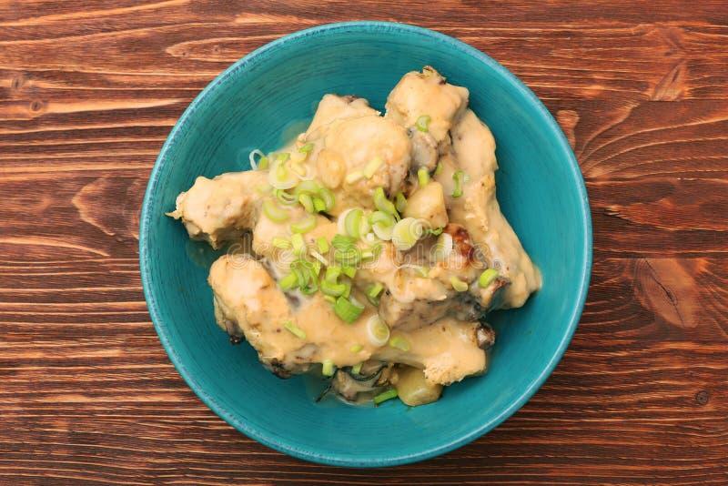 Drumsticks цыпленка в шаре под сметанообразным соусом стоковая фотография