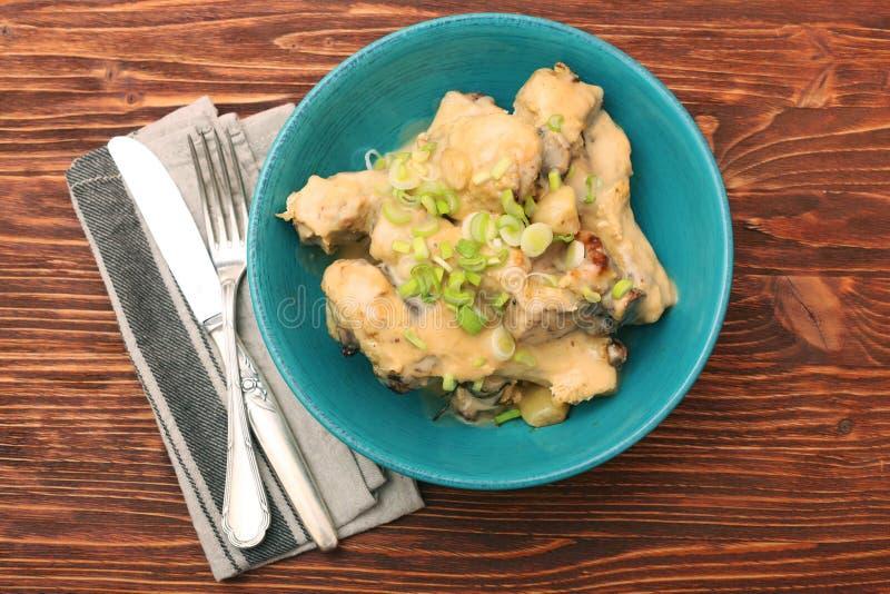 Drumsticks цыпленка в шаре под сметанообразным соусом стоковое изображение rf