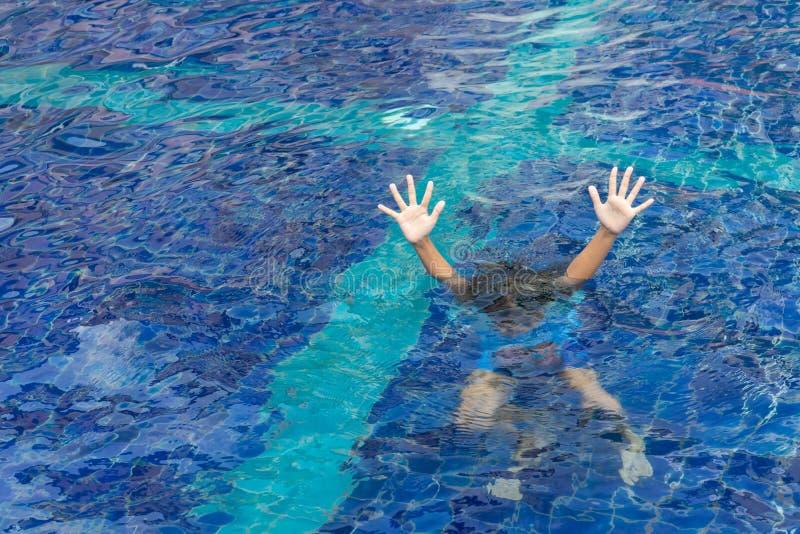Drunkna barnet i simbassängen som frågar för hjälp royaltyfri foto
