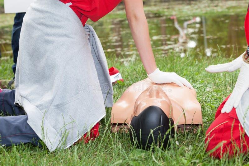 Drunkna f?rsta hj?lpenutbildning CPR royaltyfri bild