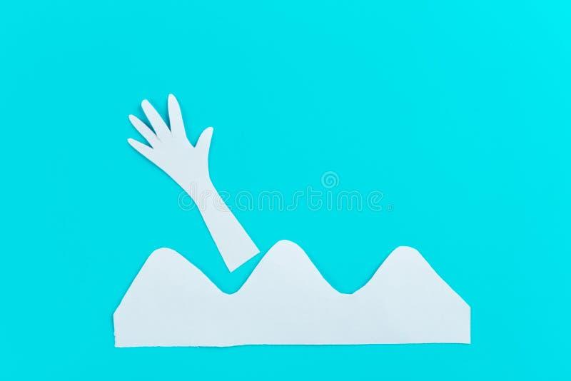 Drunkna handen i det stormiga havet som fr?gar f?r hj?lp royaltyfri bild