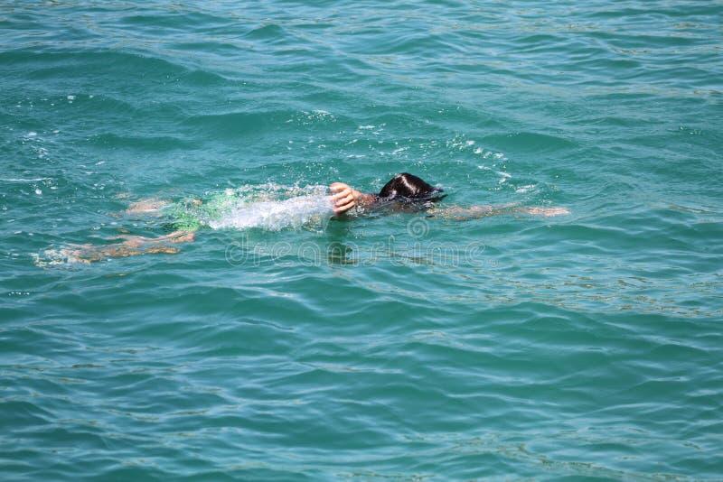 Drunkna i havet arkivbild