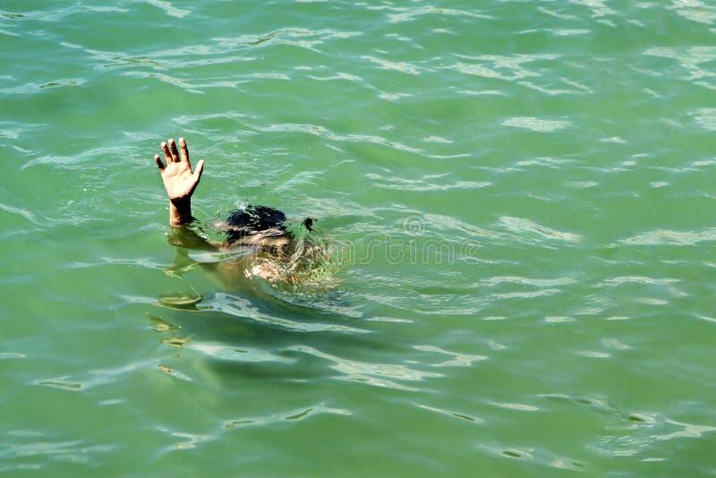 Drunkna i havet royaltyfria bilder