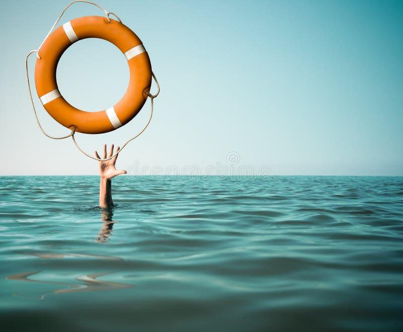 Drunkna mannen med den rised handen som får livbojhjälp i havet arkivbild