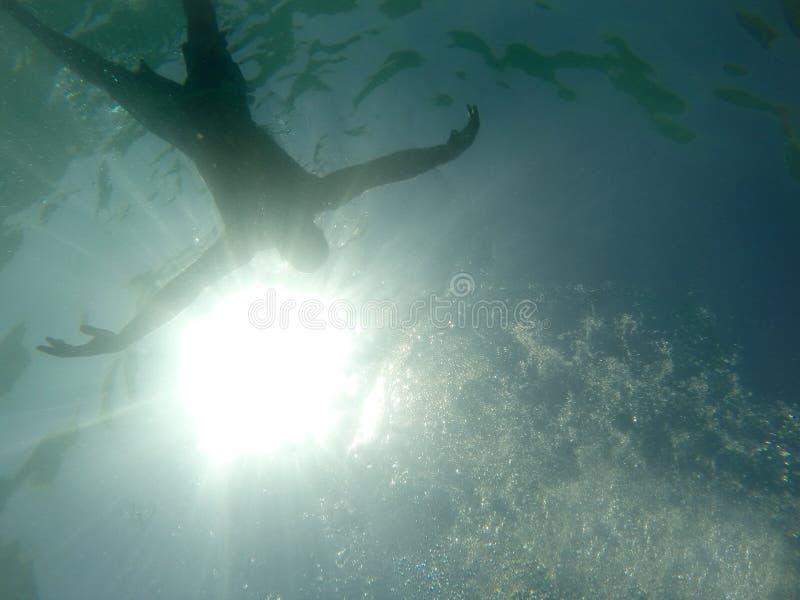 Drunkningman i havet royaltyfri foto