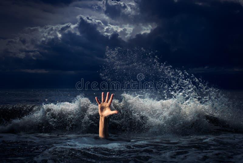 Drunkningmanhand i stormhavsvatten arkivbild