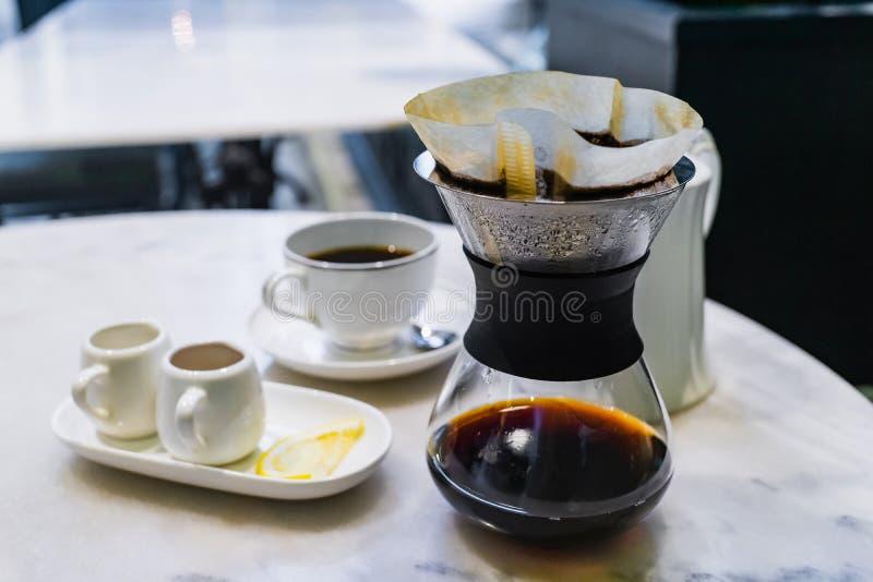 Druppel het brouwen, gefiltreerde koffie stock foto's