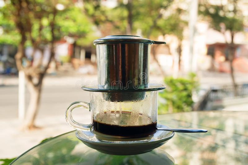 Druppel Zwarte Koffie in Vietnamese stijl met condens op een glaslijst stock afbeeldingen