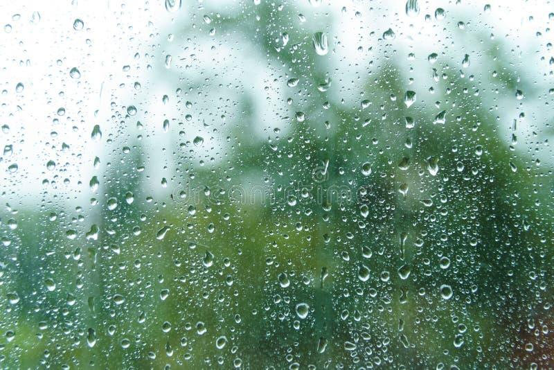Druppeltjes op venster op regenachtige dag royalty-vrije stock foto's