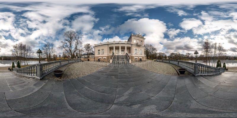 Druskininkai, LITUVA - JANUARI 2019: Volledig sferisch naadloos panorama 360 van de hoekgraden mening bij de historische bouw dic stock foto
