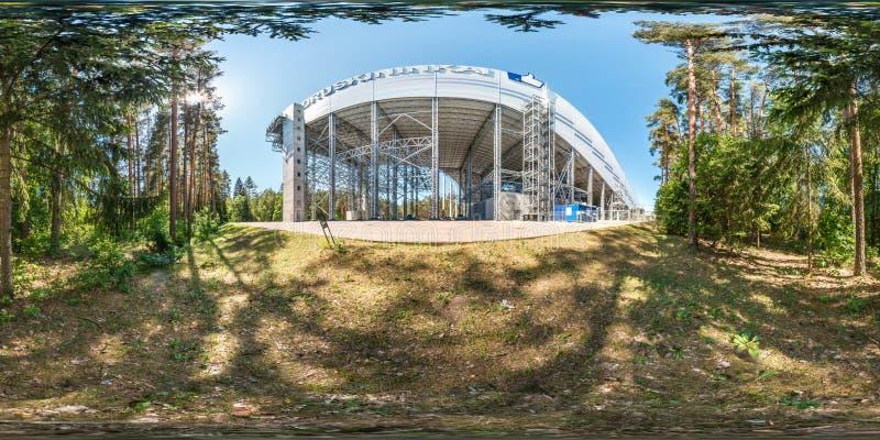 Druskininkai, LITUVA - JUNI 2019: volles kugelförmiges hdri Panorama 360 Grad Winkelsicht nahe enormem Stahlbaurahmen des Schnees lizenzfreies stockbild