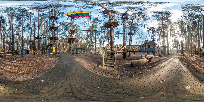 Druskininkai, LITUVA - MARZO 2019: panorama sferico completo di hdri 360 gradi di vista di angolo nel parco della giungla nei bam immagine stock