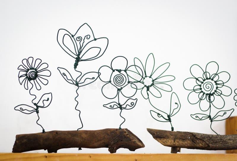 Drutów kwiaty na weooden garnku zdjęcia stock