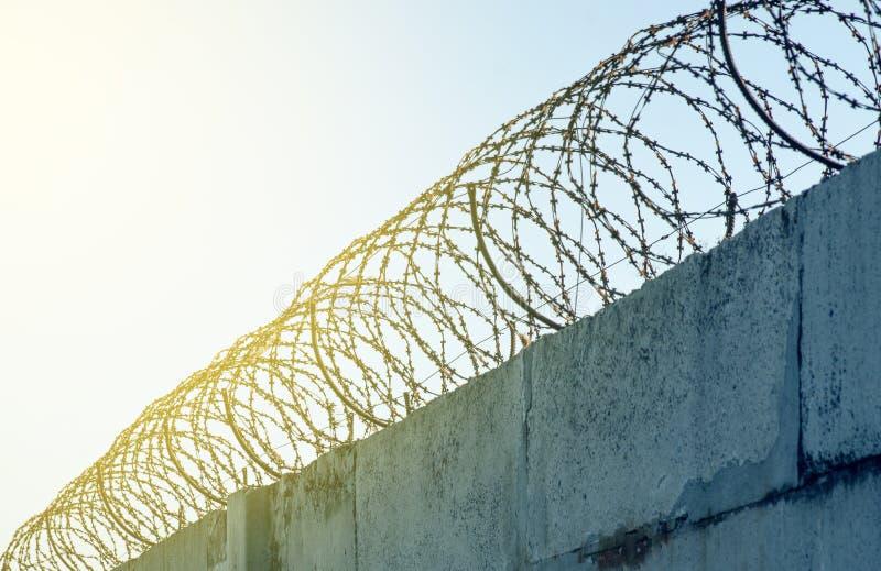 Drut kolczasty na betonowym ogrodzeniu obraz stock