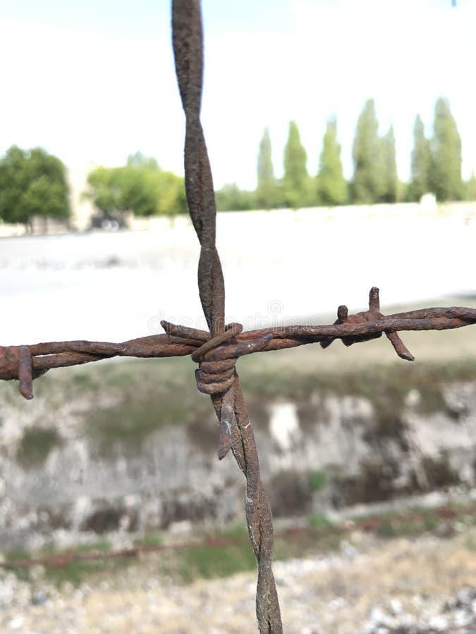 Drutu Kolczastego fechtunek przy Dachau Koncentracyjnym obozem, Niemcy obrazy stock