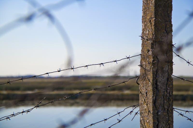 Drutu kolczastego ogrodzenie zdjęcia royalty free