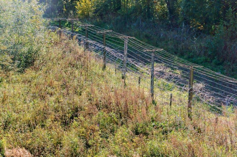 Drutu kolczastego ogrodzenie, szermierczy terytorium z drutem kolczastym zdjęcia stock