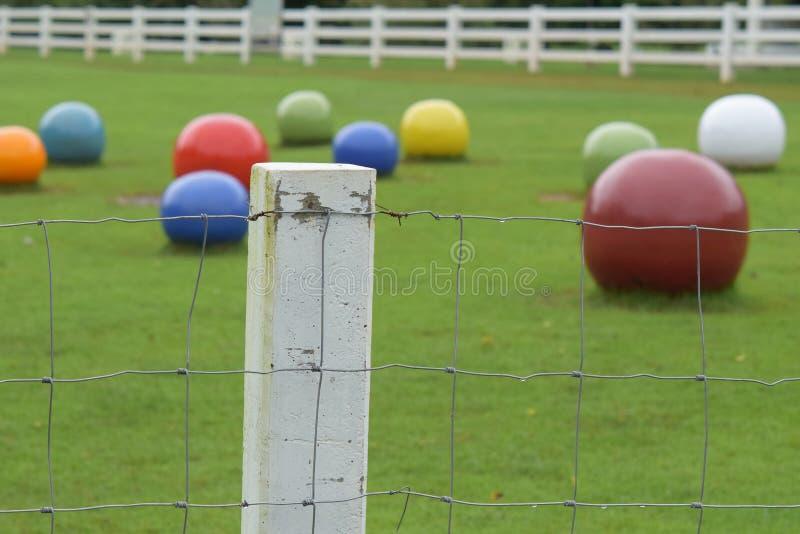 Drutu kolczastego ogrodzenie w trawie zdjęcie stock