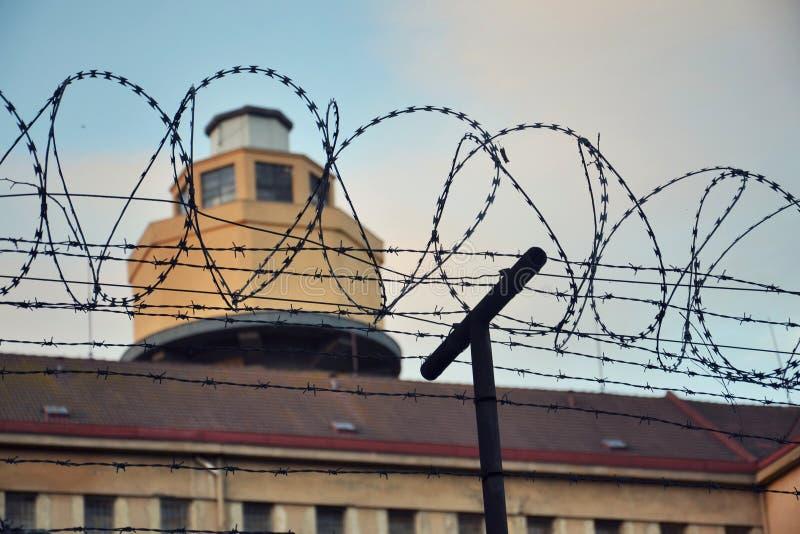 Drutu kolczastego ogrodzenie wokoło więźniarskich ścian zdjęcie royalty free