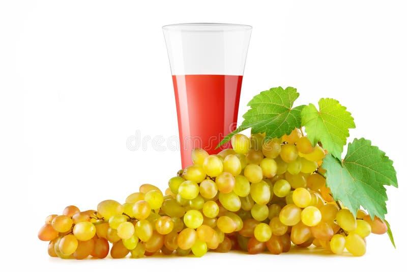 Druvafruktsaft i mogna druvor för exponeringsglas som och för grupp isoleras på vitbac royaltyfria bilder