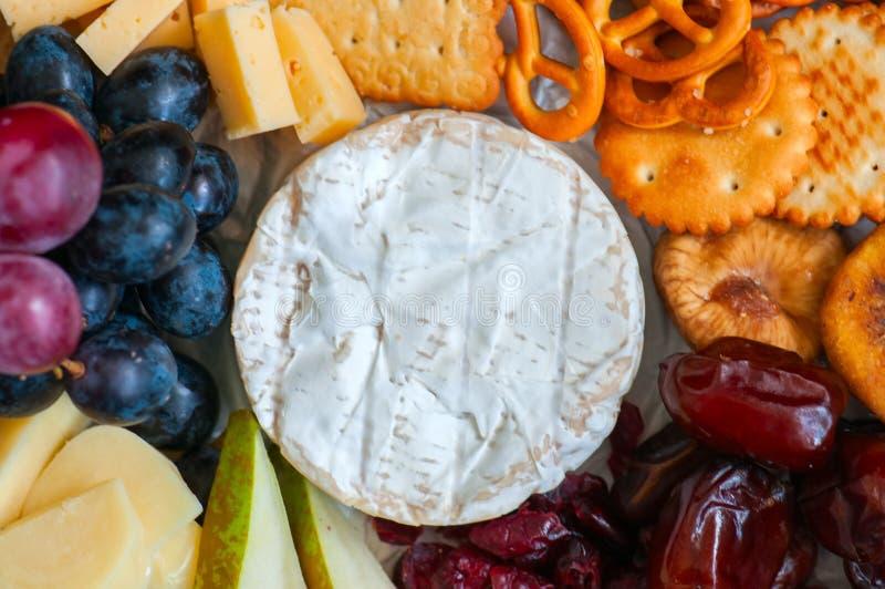 Druvan för ostplattan saltade tranbäret för torra data för crakerkakor, fi royaltyfria bilder