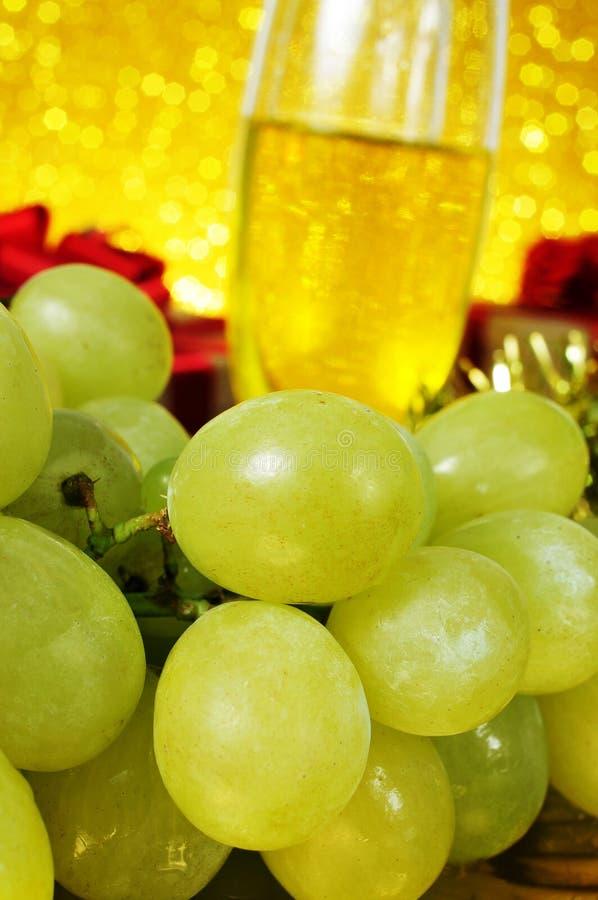 Druvor och champagne arkivbild