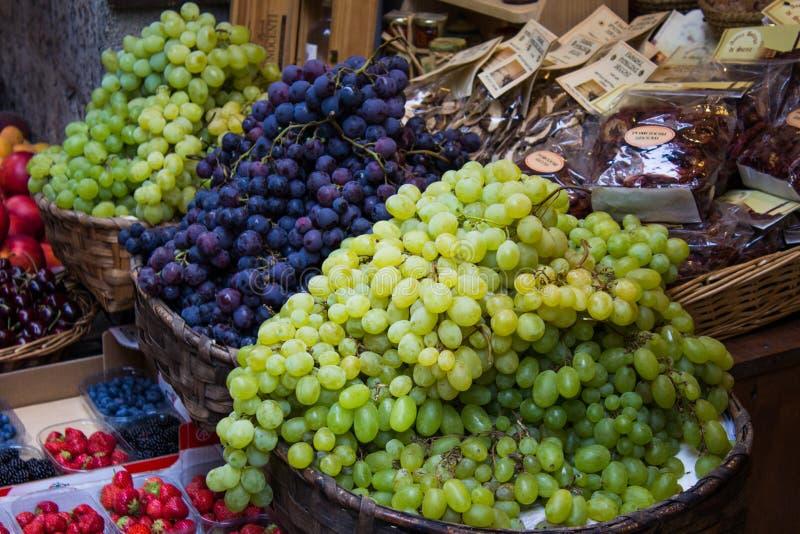Druvor på en Tuscan Stall arkivfoton