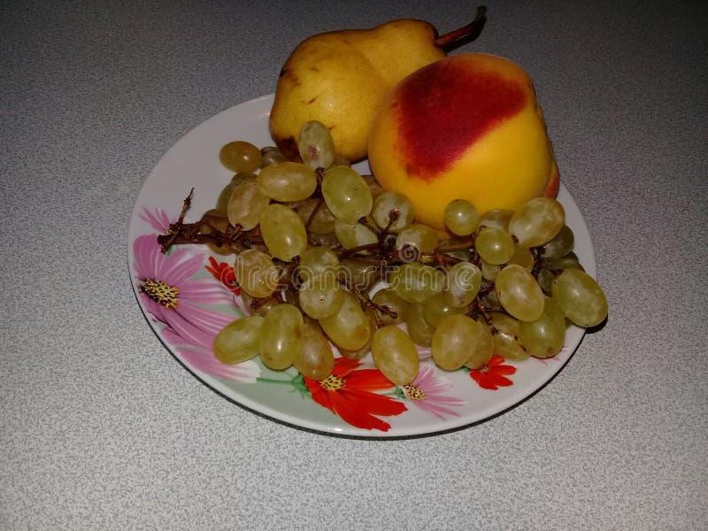 Druvor, persika och päron royaltyfri foto