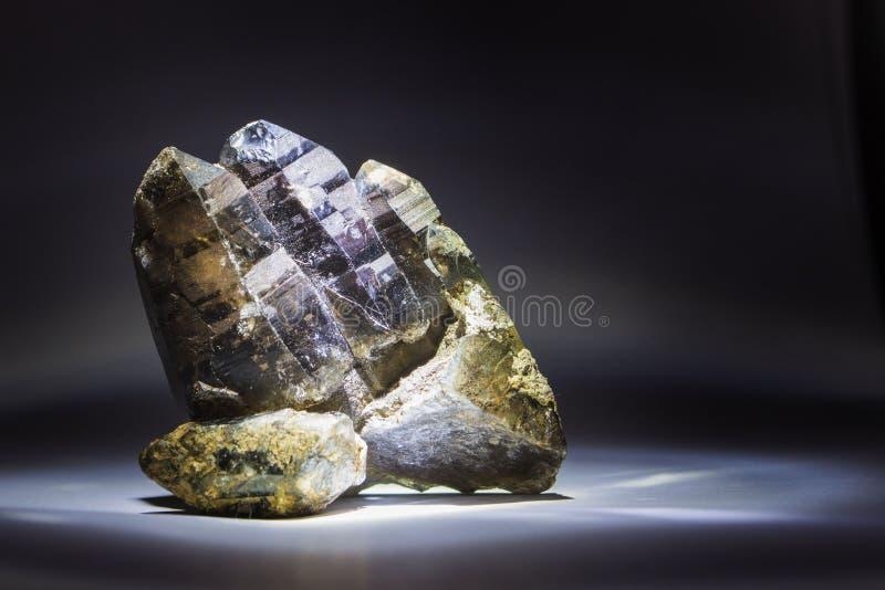 Druza dymiąca kwarc z epidotem, kryształ, kamień zdjęcie stock