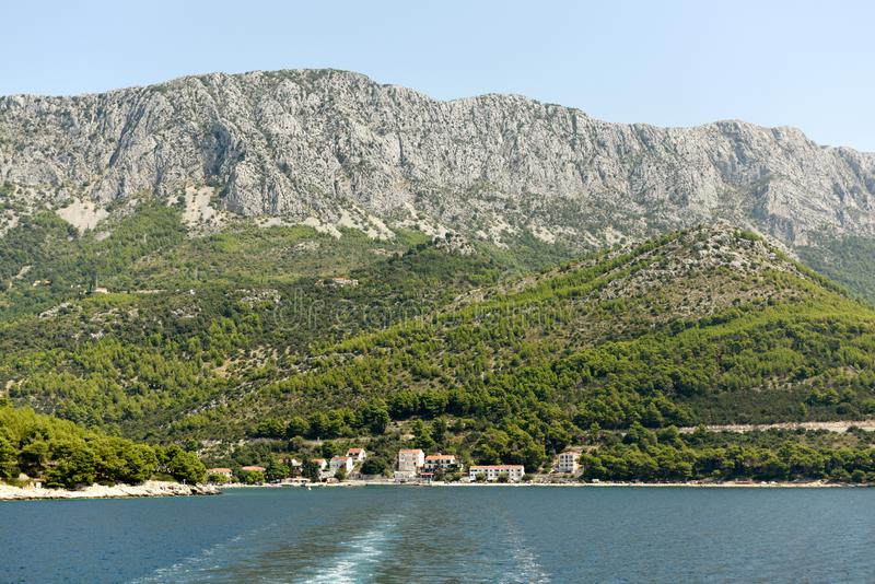 Drvenik, Kroatië Kustdieregeling Drvenik op Makarska-riviera, tussen de berg Rilic en de kust wordt gevestigd stock foto's
