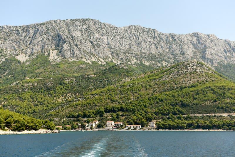 Drvenik Kroatien Kust- bosättning Drvenik på Makarska riviera som lokaliseras mellan berget Rilic och kusten arkivfoton
