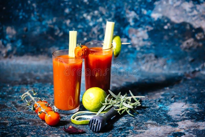 Dryck, blodiga mary coctail med körsbärsröda tomater och basilika royaltyfria foton