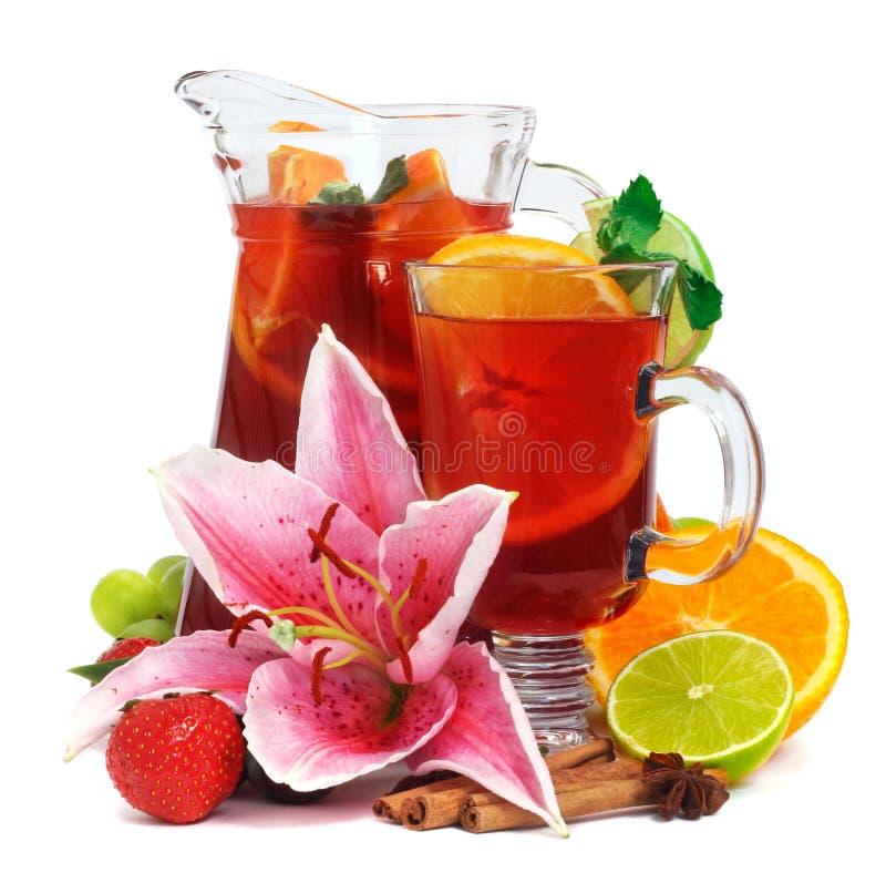 Dryck i kanna och exponeringsglas med frukter royaltyfria foton