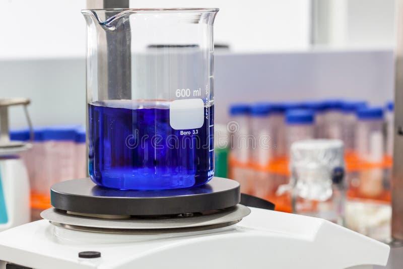 Dryckeskärl överst av en magnetisk laboratoriumblandare royaltyfria bilder