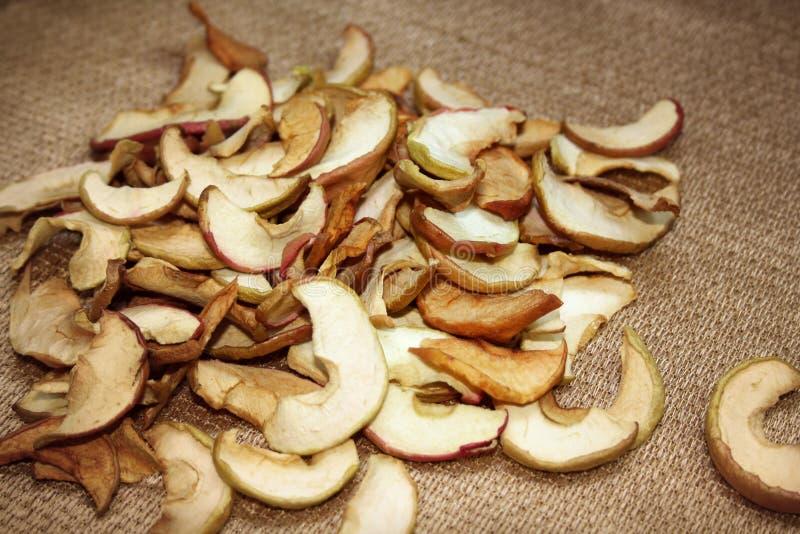 Dryed在棕色背景的苹果slises 库存照片