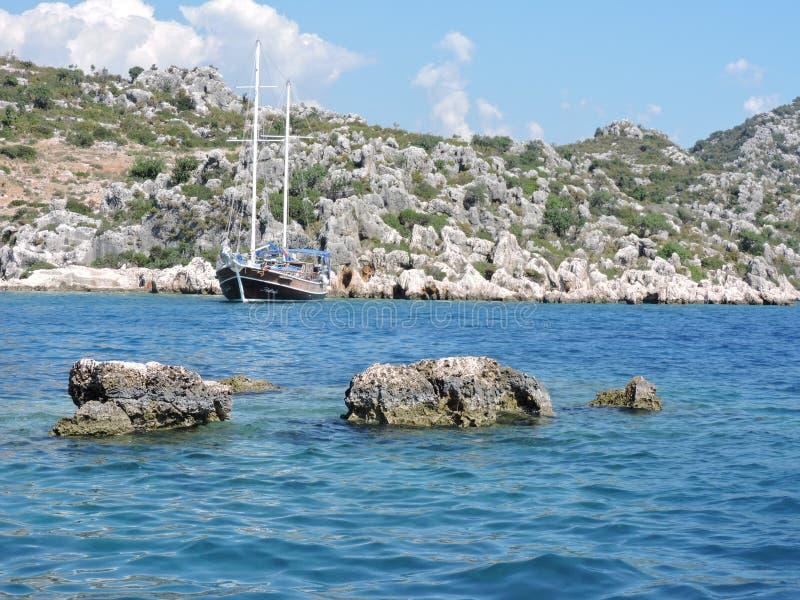 Dryfujący jacht z wybrzeża morze śródziemnomorskie obraz royalty free
